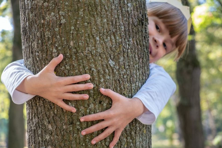 Maped Mapiwee gestes écologiques pour les enfants - Une petite fille fait un câlin à un arbre